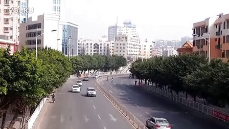奇葩女子车流中4秒冲刺跨栏