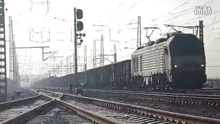 和谐HXD2B牵引混编货列通过康庄