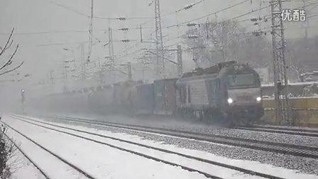 和谐D2B雪中牵引货列经过邢台站南
