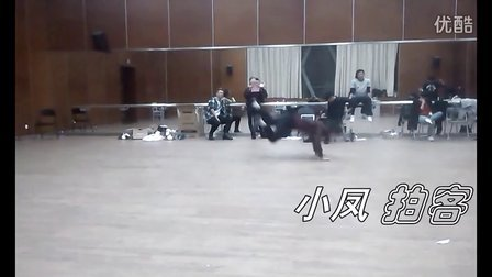 """霹雳""""蛤蟆功""""牛b小伙的变态舞蹈"""
