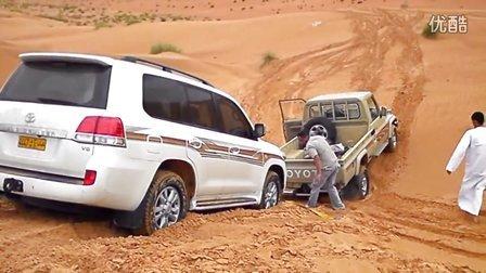 实拍丰田兰德酷路泽陆巡沙漠陷车被施救 Toyota Land Cruiser
