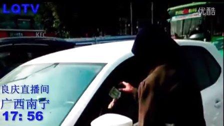 广西南宁 街头实拍 一男子装扮老奶奶在红绿灯路口为车主擦玻璃  然后索要费用?