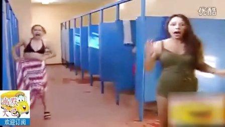 美女卫生间搞笑蛊惑,路人吓一跳