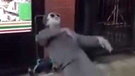 搞笑视频,两个街头舞者精彩的炫舞表演,牛。