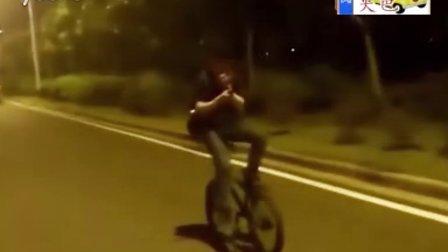搞笑视频,倒着骑自行车,到最后杯具了。