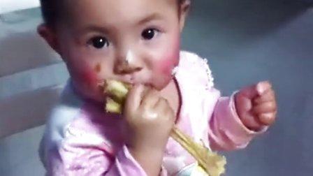 可爱宝宝香娃儿啃鸡爪