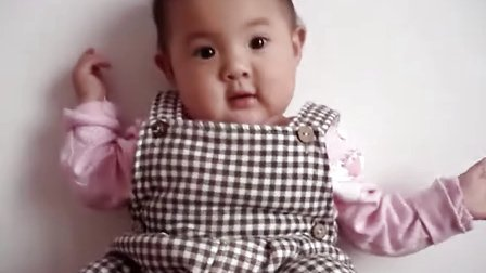 可爱宝宝香娃儿贴墙站立