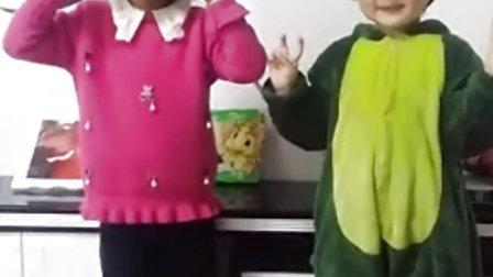 可爱宝宝香娃儿和张美琪姐姐唱小白兔