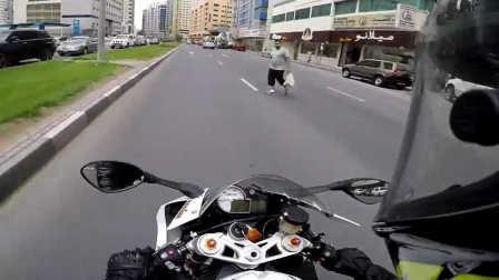 宝马s1000rr迪拜街头骑行 遇到一个没素质横穿马路的人