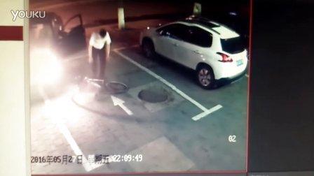 白城洮北中兴西大路17号 政府人员辱骂恐吓摔店主小姑娘的车20160527天理何在