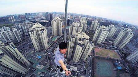 中国小伙徒手攀爬高楼