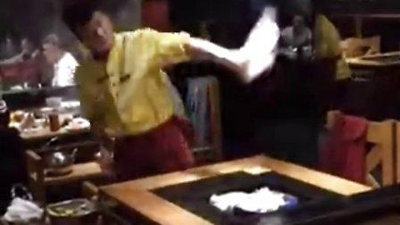 男子使用抹布如杂耍