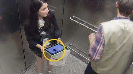 美女在电梯里竟遭如此恶搞