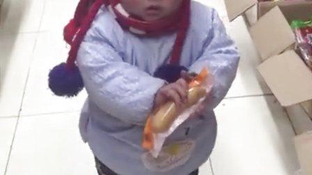 小宝贝一问他还吃什么他就把手上的东西放下拿其它的