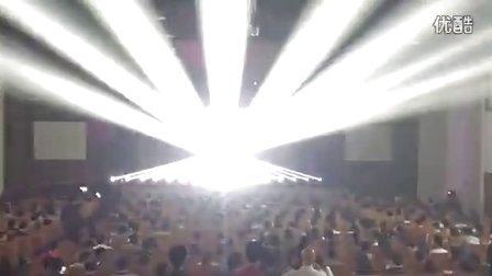 一排光束灯震撼灯光秀 明亮舞美