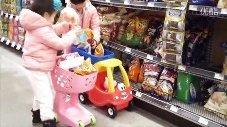 可爱姐妹俩推着刚买的佩佩猪购物车去逛超市【童年的模样】出品