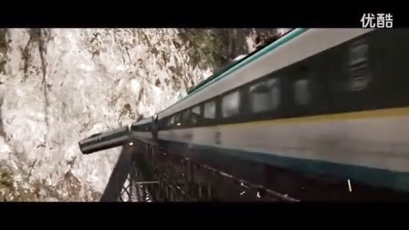 汽车撞到火车上导致整列火车从桥上掉下来。