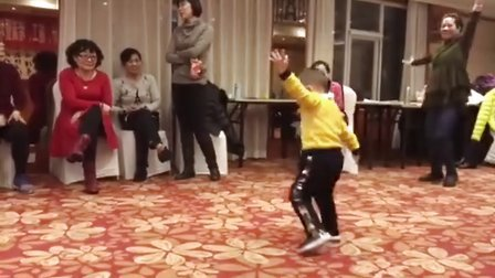 2岁小孩的广场舞,在场的惊呆了