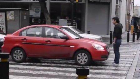 路人给这辆停在斑马线上的车永生难忘的教训 大千世界笑死人不偿命