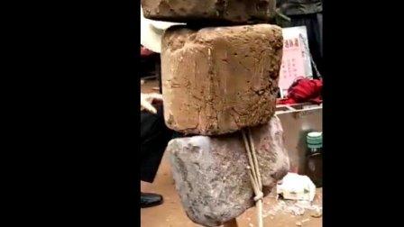 高手在民间, 男子当众表演平衡术, 一根木棍撑起几块大石头!