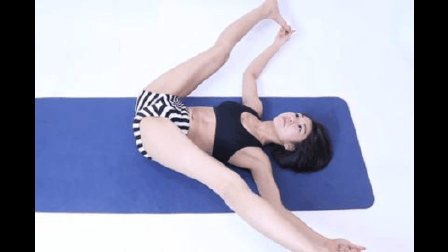 美女教练示范瑜伽的基本动作 大腿张开膝盖不能弯曲, 你能做到么?