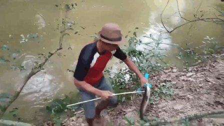实拍小伙用PVC管自制超级弹弓, 野外射鱼!