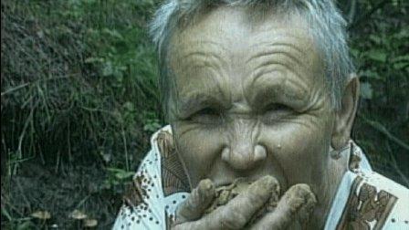 怪异老太太, 每天以泥土为食, 每顿饭吃掉十公斤土。