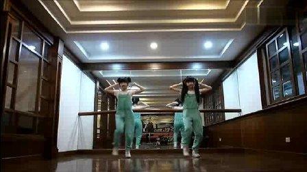 双胞胎跳广场舞《小苹果》, 真的不一样_clip