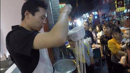 街头小哥纯手工打造酸辣粉, 引来数人围观可惜无人购买, 原因是