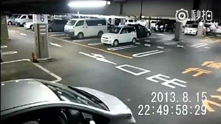 监控实拍停车场灵异事件 白衣女瞬间消失
