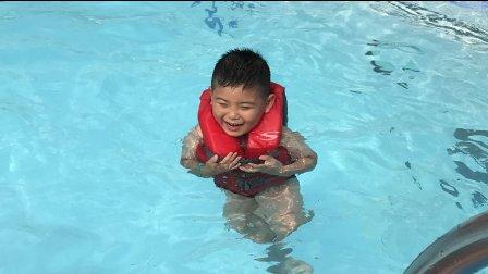 【6岁】7-1哈哈在游轮顶层露天泳池游泳IMG_9024