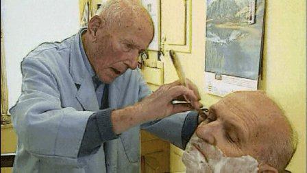 古董理发店的百岁理发师, 每天坚持上班, 从不休息, 顾客沉迷与他的拿手绝活。