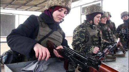 记者? 医务兵? 乌克兰陆军军官精心培训妹纸们打枪