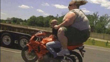 超越肥胖, 300斤的胖子竟然可以骑摩托车穿越十辆卡车!