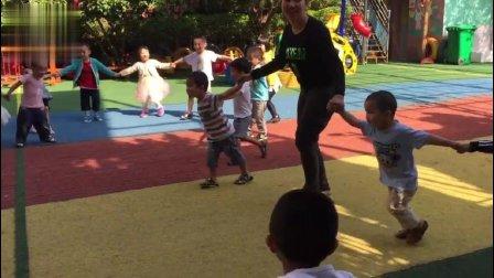 幼儿园老师这样带着小班孩子做游戏, 家长看了很满意!