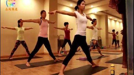 跟腰酸背痛彻底说拜拜 学会这三招瑜伽舒缓操  轻松每一天