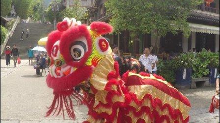 大热天的云南人用这样的方式迎接游客, 真是表演1分钟流汗1小时
