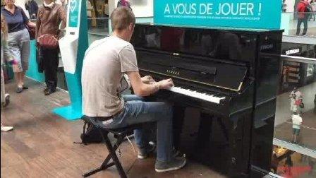 """音乐无界: 巴黎火车站一个弹钢琴的男孩被""""包围了"""""""
