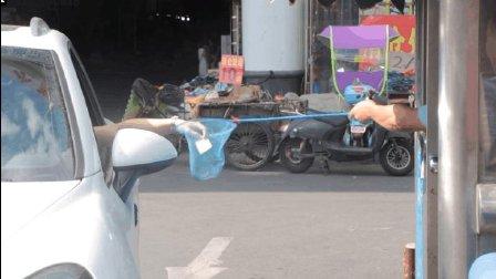 """杭州某收费站大叔用渔网""""捞""""钱, 太有喜感了! 仿佛一""""鬼畜""""收费站!"""