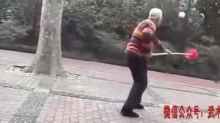 吴式太极大师马岳梁之子和传人展示太极拳刀枪, 动作柔和, 连贯流畅