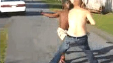 一言不合便约架! 黑人小伙暴揍白人壮汉直到求饶!