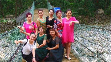 中国江油旗袍艺术团养马峡采风上、〈戏水〉