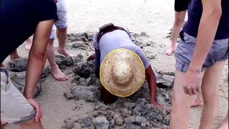 渔民熟练的挖着海鲜 你知道是什么海鲜吗