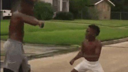 一胆二力三功夫, 黑人小孩超猛, 暴打壮汉! 简直是练武奇才!