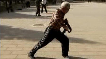 84岁京城善扑营跤术名家李宝如老先生亲身示范摔跤基本功, 老当益壮!