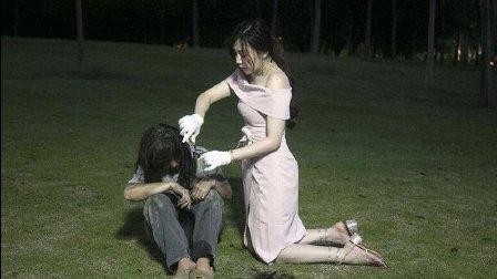 深圳美女双膝跪地为流浪者剪脏发 遭人质疑是作秀