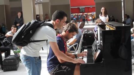 法国巴黎火车站的即庆表演-钢琴四手联弹