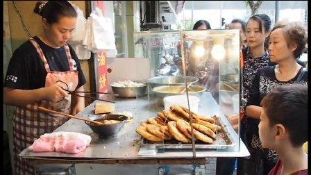 上海的老店每天客人不断  一天卖到上万份的美食  李家葱油饼