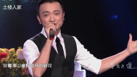 [央视主播影像]尼格买提演唱歌曲《我从哪里来》, 大明星李亚鹏为他跑龙套!