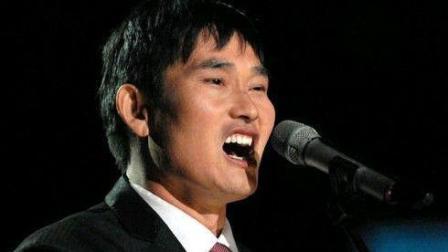朱之文唱《滚滚长江东逝水》, 央视主持人竟乱比划, 啥意思?